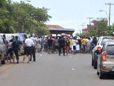 Paseros paraguayos cortan el puente en contra de controles anticontrabando