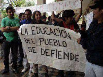 Alumnos de la Universidad de Jujuy toman las instalaciones del Rectorado tras la aprobación del presupuesto