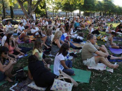 Cientos de personas reunidas en una tarde de meditación grupal en el parque Sunchales