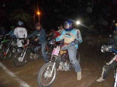 Speedway nocturno en Tierra Brava reunió a un centenar de pilotos