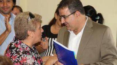 Raúl Jalil entregó nuevos boletos de compra-venta y microcréditos