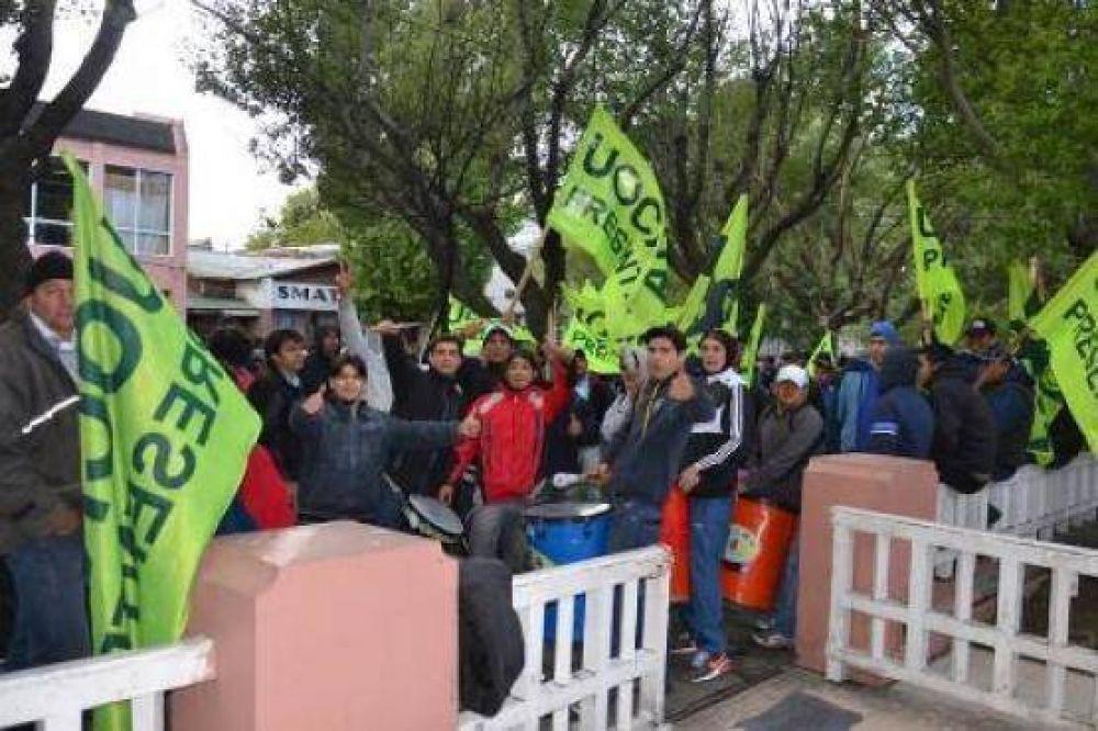 Trabajadores de la UOCRA se manifiestan frente a casa de Gobierno