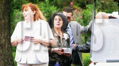 La pol�mica foto de Marta Fort: reparti� sus discos en el funeral de su hijo