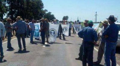 Sigue la protesta de productores, en reclamo de subsidios