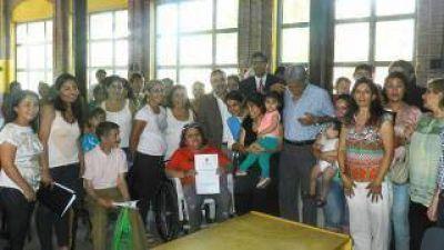 Raúl Jalil entregó 50 terrenos del loteo Parque Sur