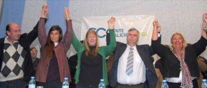 """Carrió: """"Kirchner pone en juego la institucionalidad del país y la Provincia como un jugador de póker adicto"""""""