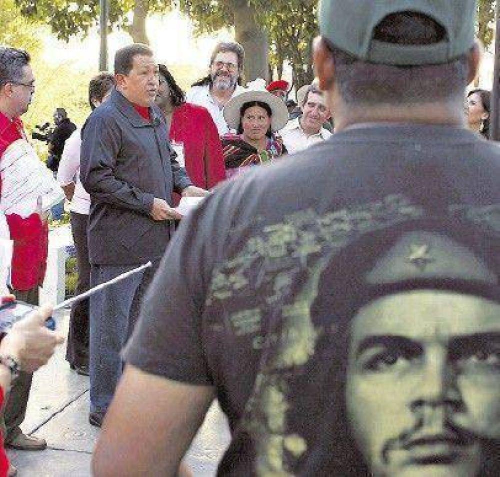 Chávez, amenazado por el derrumbe del precio del petróleo