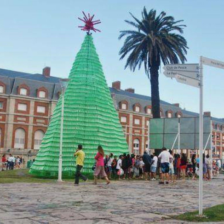 Encienden las luces del rbol de navidad hecho con - Arbol de navidad hecho de luces ...