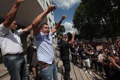 Scioli decretó un aumento para la policía y logró reducir la protesta en Buenos Aires