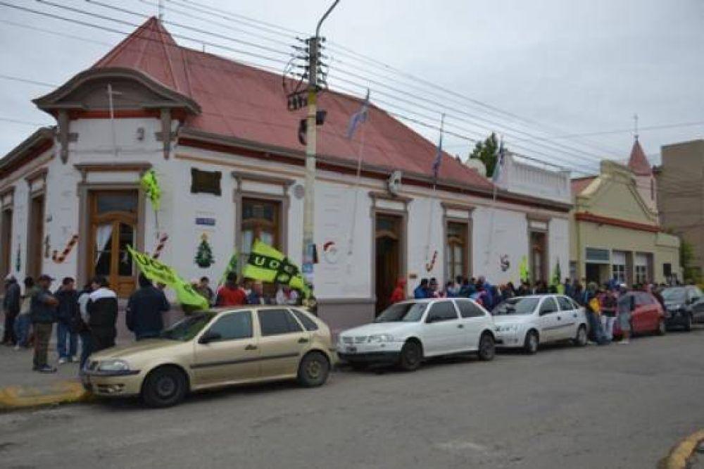 Trabajadores de la UOCRA se manifiestan frente a la Municipalidad
