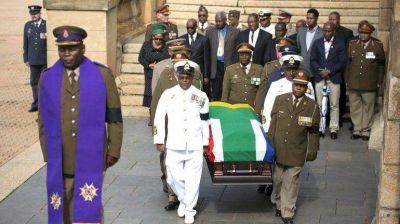 Los restos de Mandela arribaron a la capilla ardiente en Pretoria