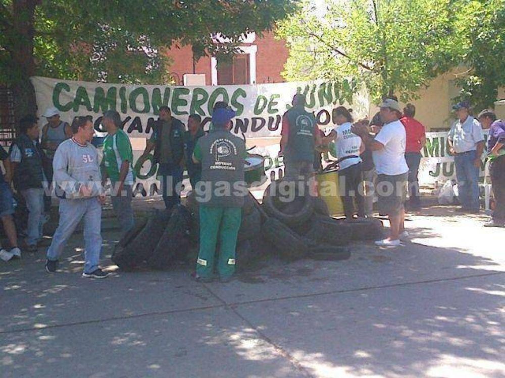 Protesta de camioneros por el despido de un chofer