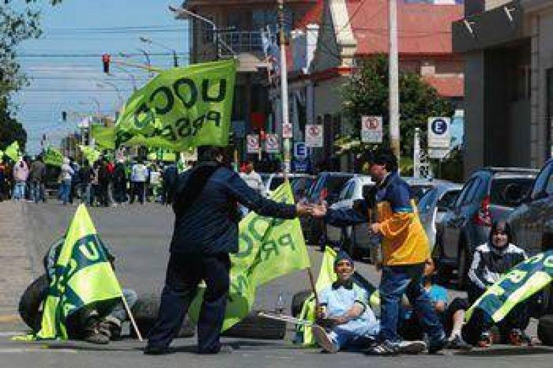DESOCUPADOS DE LA UOCRA RECLAMAN TRABAJO EN UN PARORAMA TENSO