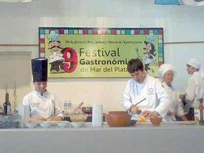 Ya está marcha el Festival Gastronómico y hoy cortan y comparten el Súper Alfajor