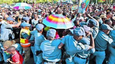 Una multitud, en el último día de la capilla ardiente de Mandela
