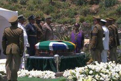 Mandela ya descansa en su pueblo natal