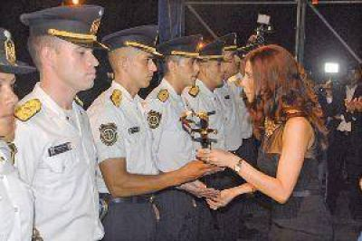 La gobernadora presidió el egreso de 59 oficiales y 402 agentes de Policía