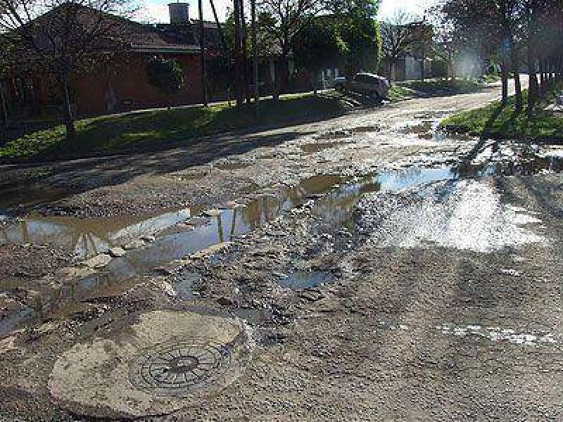 LOMAS | RECLAMO    Vecinos exigen el bacheo de la esquina de �lvarez Thomas y Richieri
