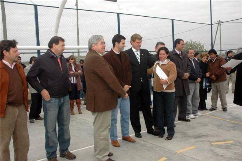 El intendente Miguel Isa asistió a la inauguración de un playón deportivo en barrio Democracia.