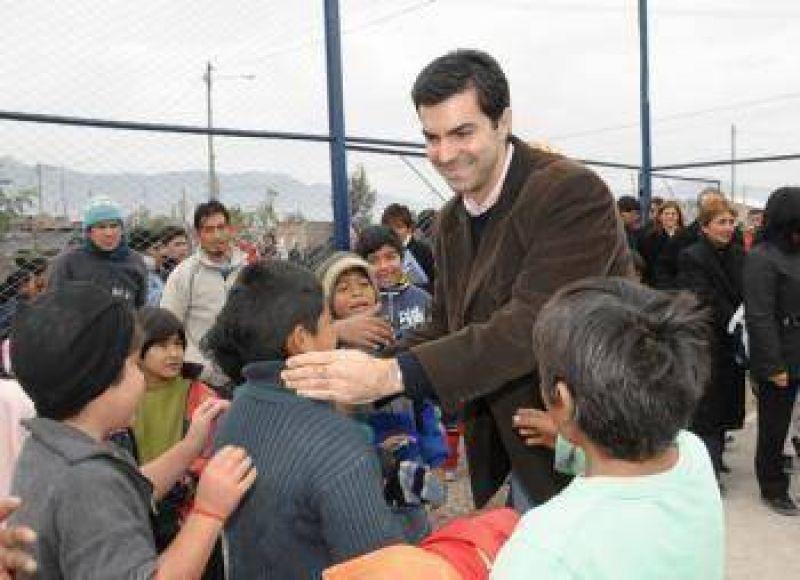 El Gobierno inaugur� una obra deportiva y entreg� escrituras en Capital.