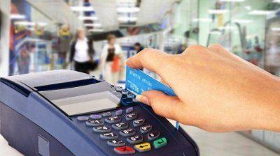 El Gobierno prorrogó la devolución del 5% del IVA en las compras con débito