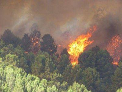 Sigue activo el incendio en la comarca serrana