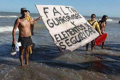 Guardavidas de Pinamar anuncian paro y aconsejan no meterse al mar