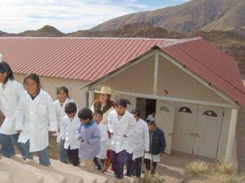 Ximena Saravia entregó donaciones para la escuela de Cerro Negro del Tirao.