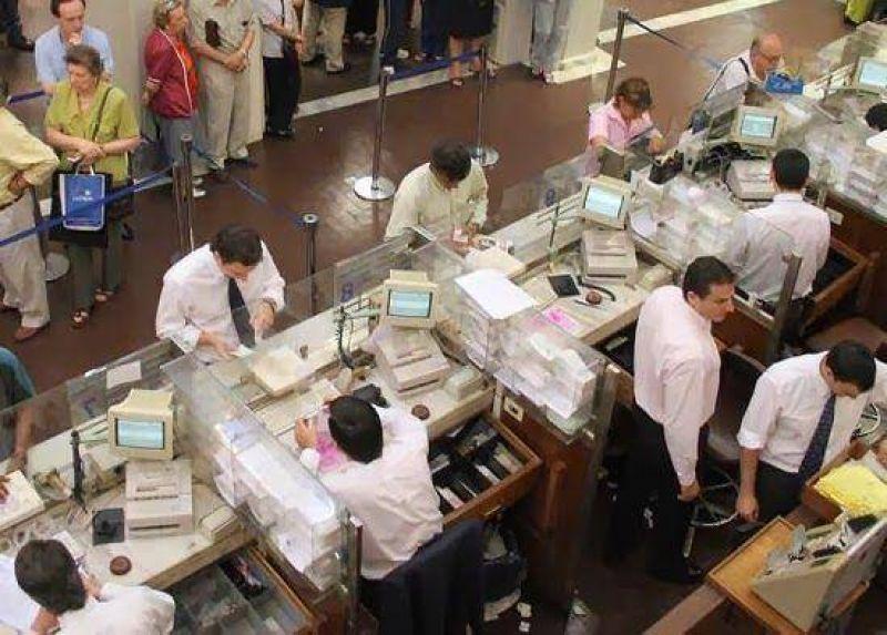 Bancarios reciben anticipo salarial