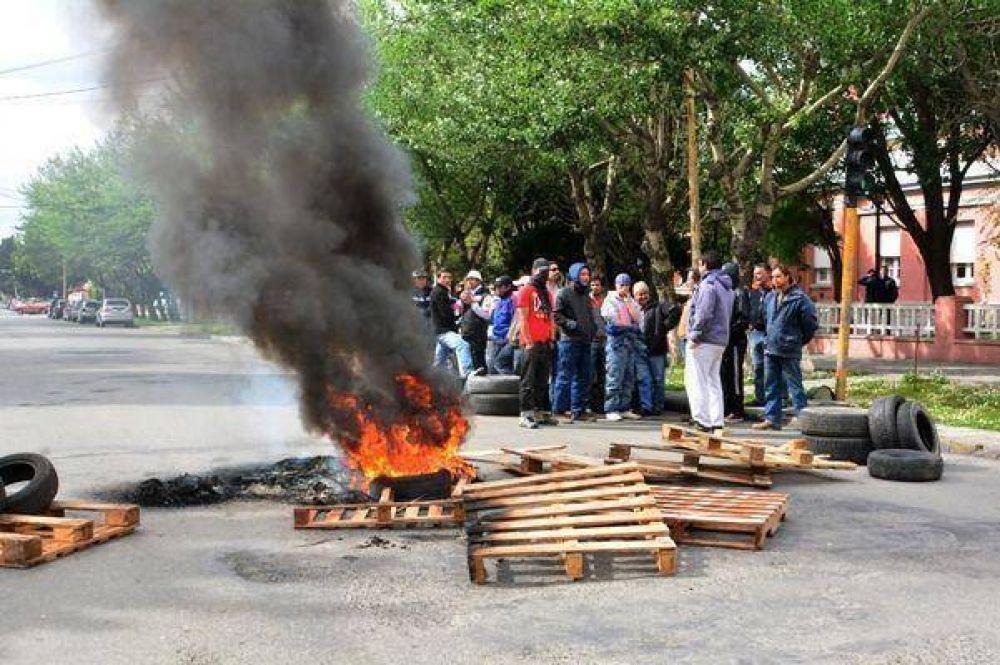 Reclamo y quema de cubiertas frente a Gobierno