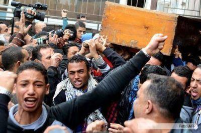 Tras una jornada violenta, Egipto adelanta los comicios presidenciales