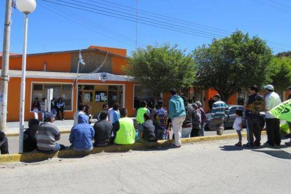 Desocupados de la UOCRA protestaron frente al municipio deseadense