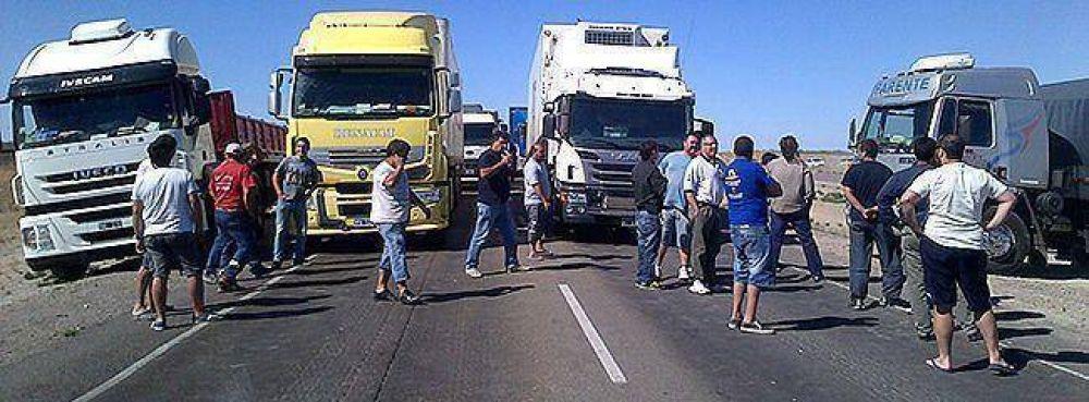 Duro enfrentamiento entre trabajadores de Alpesca y camioneros en la Ruta Nº 3