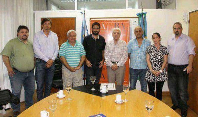 El ministro Oscar Cuartango junto a representantes de la CGT Zona Norte