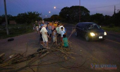 Los vecinos del barrio Samela cortaron la Ruta 5 por falta de luz