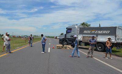 Con cortes intermitentes en la autovía transportistas autoconvocados reclamaron por el aumento del peajes y el combustible