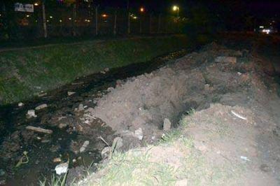 Empresa que construye el Nuevo Pediátrico tapa canal de desagüe