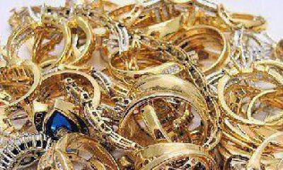 Roban joyas y dinero en efectivo