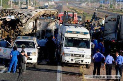 Al menos 17 muertos en un choque entre un micro y un camión que circulaba en contramano en Mendoza