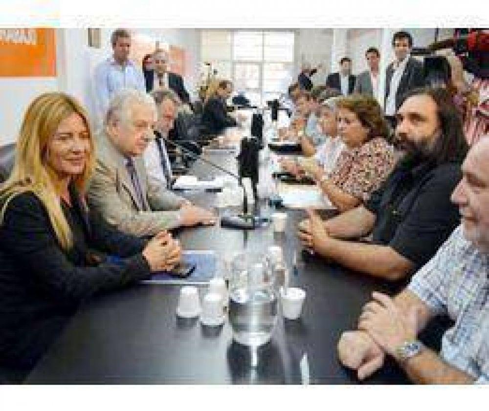 Provincia se reúne con docentes y estatales