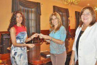 La gobernadora entregó un subsidio a escuela de Fernández