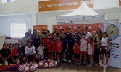 Juan Curuchet entregó materiales a tres clubes de la ciudad