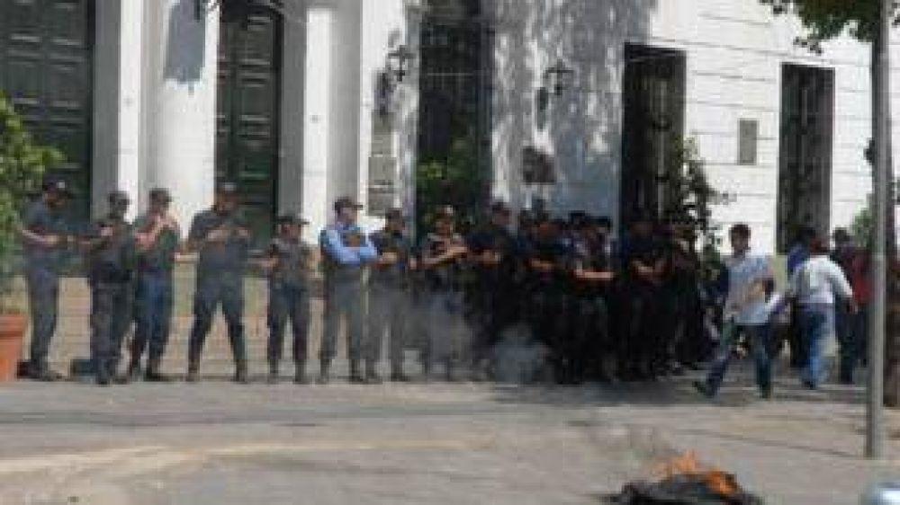Enojados con la cúpula gremial, las bases se movilizan a Casa de Gobierno por una urgente recomposición salarial