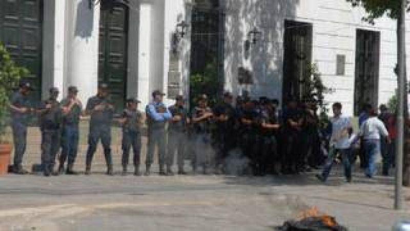 Enojados con la c�pula gremial, las bases se movilizan a Casa de Gobierno por una urgente recomposici�n salarial