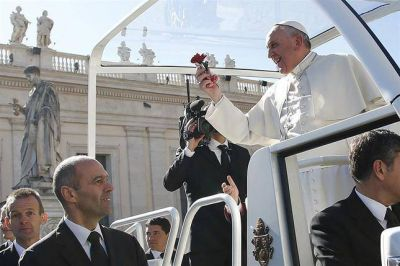 """El mensaje del papa Francisco por San Valentín: """"No tengan miedo a casarse, unidos serán felices"""""""