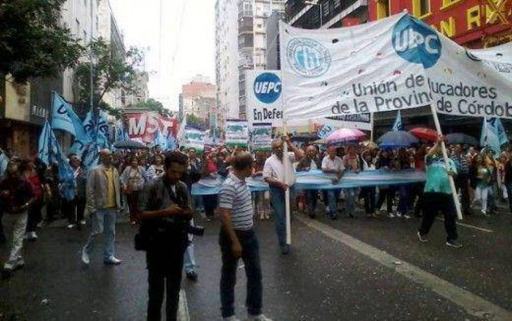 Gremios estatales marcharon por el Centro de Córdoba (un herido)