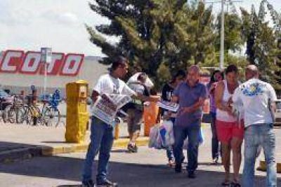 """Jóvenes militantes se movilizaron para promover el programa """"Precios Cuidados"""""""