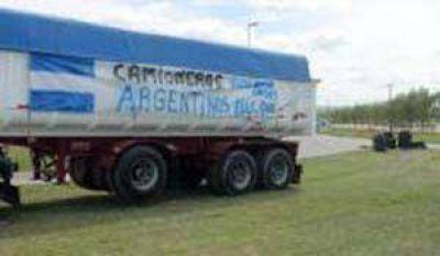 Un grupo de transportistas se apostó en la ruta, otro espera a mañana para negociar tarifas