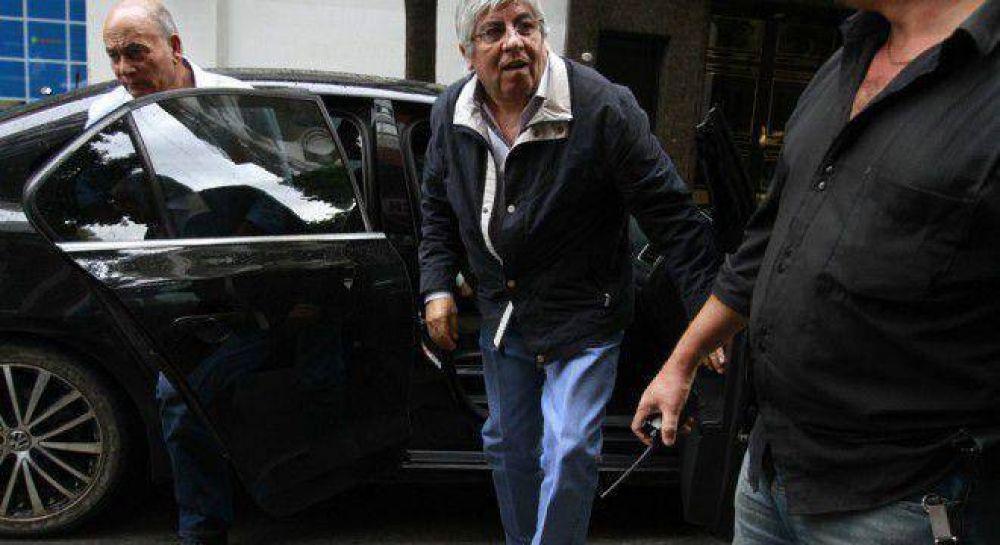 Primeras grietas entre Moyano y Barrionuevo por el trato con el Gobierno