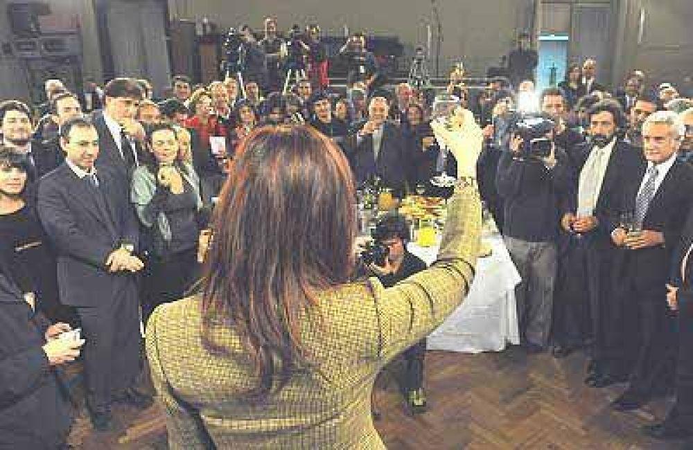 Con cuatro días de atraso, CFK brindó con periodistas
